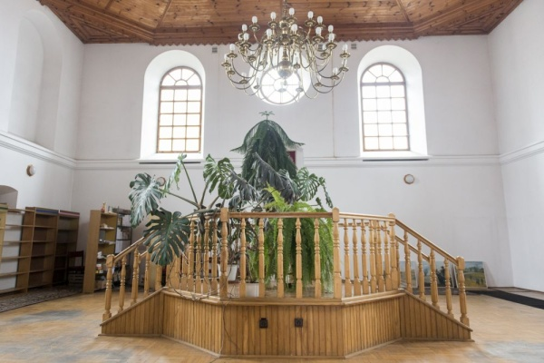 The interior of the synagogue in Wojsławice, currently a library