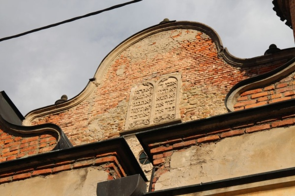 The Ten Commandment tablets on the top pf the western facade of the synagogue in Lesko
