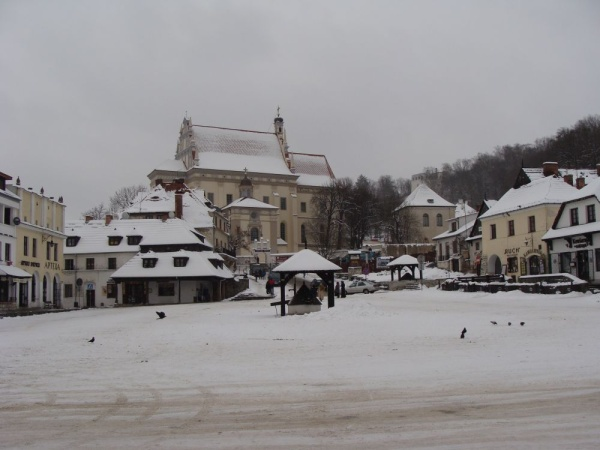 Market square in Kazimierz Dolny, parish church in the background