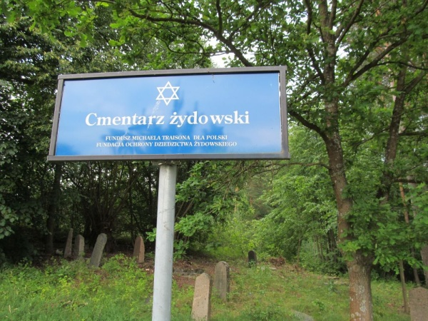 An information sign at the Jewish cemetery entrance in Knyszyn