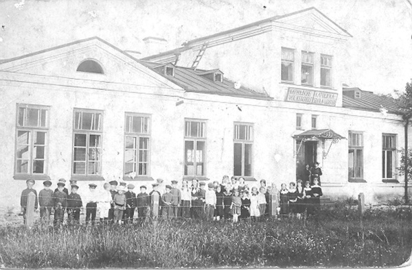 Children attending to a catholic school in hospital buildings in Knyszyn, photographed during World War I