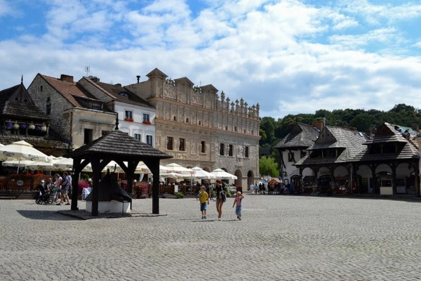 Kazimierz Dolny, the main square's south-eastern frontage, with a view of Przybyłowie's tenement houses