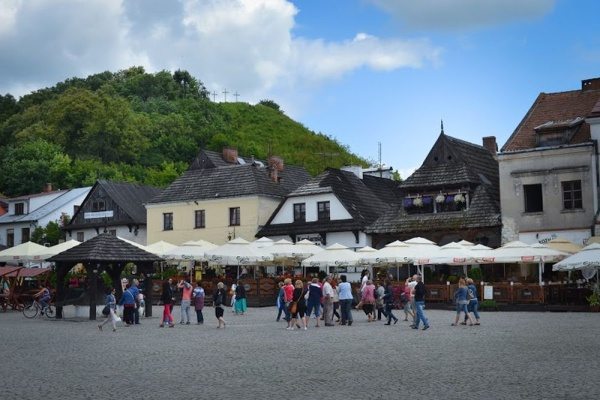 Kazimierz Dolny, the Market Square, with a view of the Trzech Krzyży mountain [Mountain of Three Crosses]